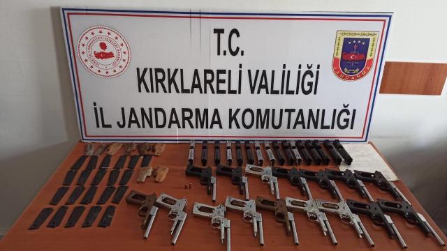 Kırklarelinde yol kenarındaki poşette 16 silah ele geçirildi