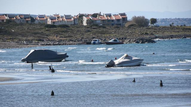 Çeşmede deniz 50 metre çekildi, tekneler karaya oturdu