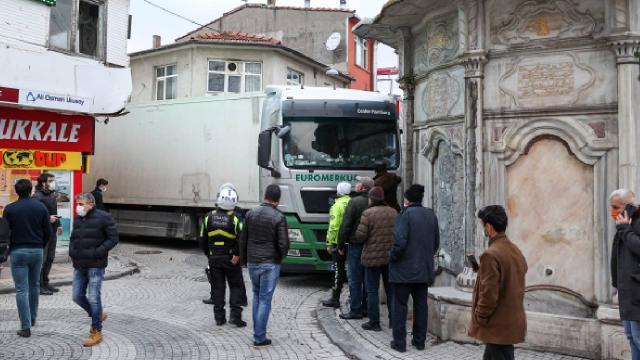 Üsküdar'da yabancı plakalı tır ara sokakta sıkıştı