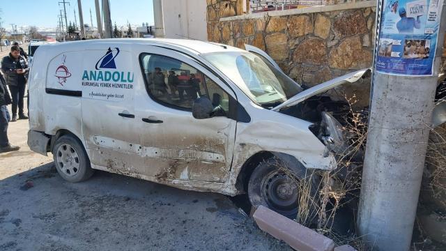 Sivasta hafif ticari araç ile otomobil çarpıştı: 2 yaralı