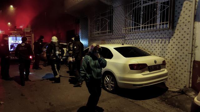 Bursada 3 katlı apartmanda yangın: 8 kişi dumandan etkilendi