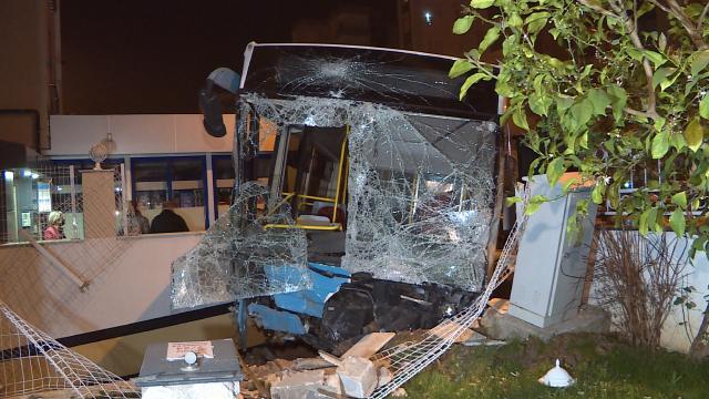 Otomobille çarpışan halk otobüsü apartmanın bahçesine girdi