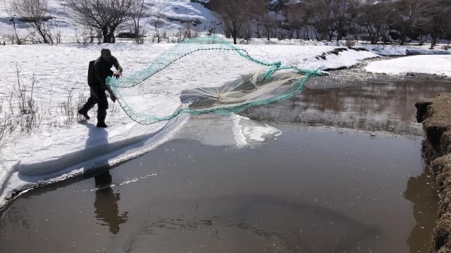 Karsta buzlar çözüldü, balıkçılar yeniden ağ attı