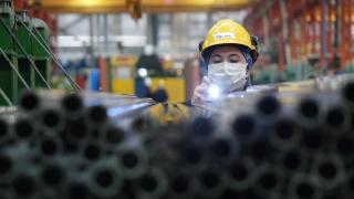 Boru üretim fabrikasında çalışan kadınlar, ağır sanayideki başarılarıyla da göz dolduruyor