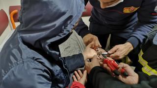 Çocuğun parmağına sıkışan metal parçayı itfaiye görevlileri çıkardı