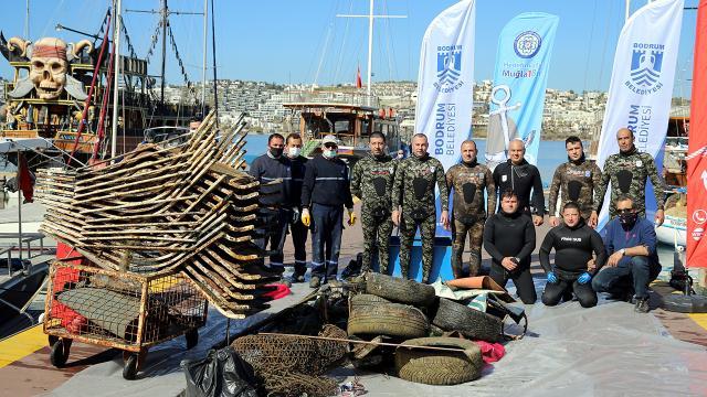 Lastik, sandalye, şezlong...Denizden 1 ton atık toplandı