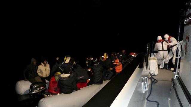 Balıkesirde botları su alan 36 düzensiz göçmen kurtarıldı