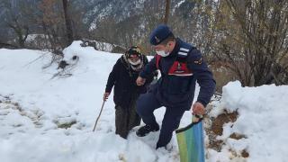 Sinop'ta jandarma, Covid-19 aşısı olmak isteyen 95 yaşındaki kadını sağlık merkezine götürdü