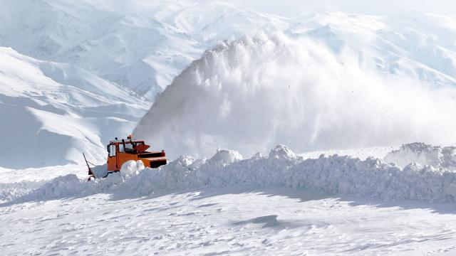 3 ilde yoğun kar 450 yolu ulaşıma kapattı