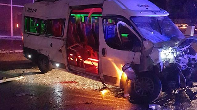 Eskişehirde minibüs ile itfaiye aracı çarpıştı: 1 ölü, 11 yaralı
