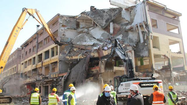 Rizede Belediye Bloklarının yıkımı sürüyor