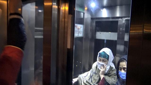 Avcılarda iki kadın metrobüs asansöründe mahsur kaldı