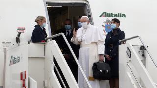 Papa Franciscus'un uçağı Bağdat'a indi