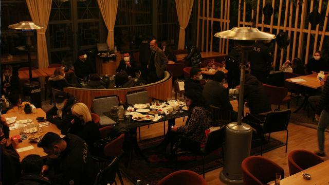 İstanbulda restorana COVID-19 baskını: 100 kişiye ceza kesildi