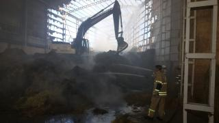 Bergama'da bir besi çiftliğinin deposunda çıkan yangın söndürüldü