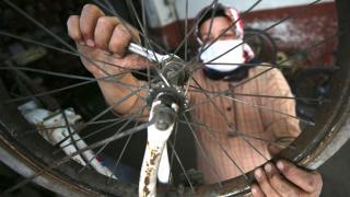Bozuk bisikletlerin tamircisi Emine usta