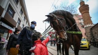 Atlı polis birlikleri kadınlara karanfil dağıttı
