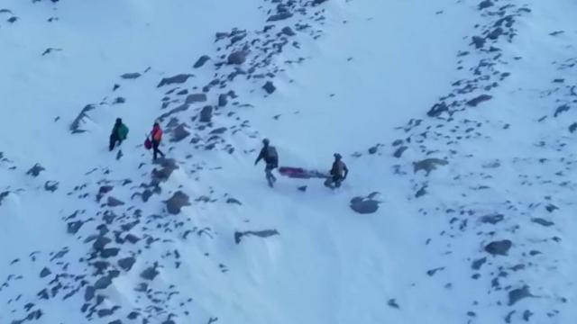 Mahsur kalan dağcıların imdadına askeri helikopter yetişti