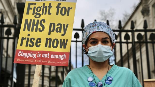 İngilterede hemşireler yüzde 1lik zam teklifini protesto etti