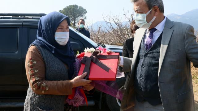 İzmirde 60 yıldır çiftçilik yapan kadın 8 Martta unutulmadı