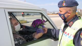Serik'te jandarma trafik denetimlerinde kadınlara çiçek hediye etti