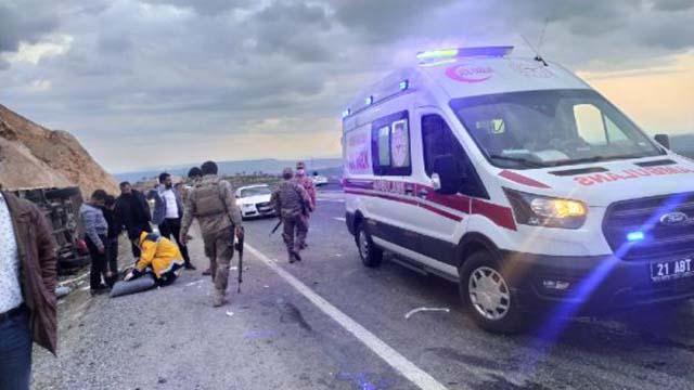 Diyarbakırda otomobil ile kamyonet çarpıştı: 5 ölü