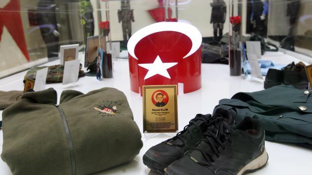 Erzurumda şehit polislerin kıyafetlerinin yer aldığı sergi duygulandırıyor