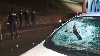 Seyir halindeki otomobilin önüne atlayan genç ağır yaralandı