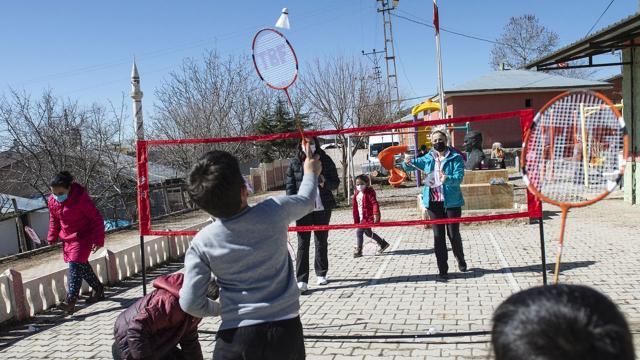 Tuncelili çocuklar badminton ile tanıştı