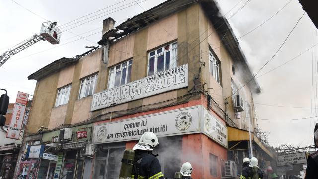 Çorumda tarihi Ayakkabıcılar Arastasındaki bir iş yerinin çatısında çıkan yangın hasara yol açtı