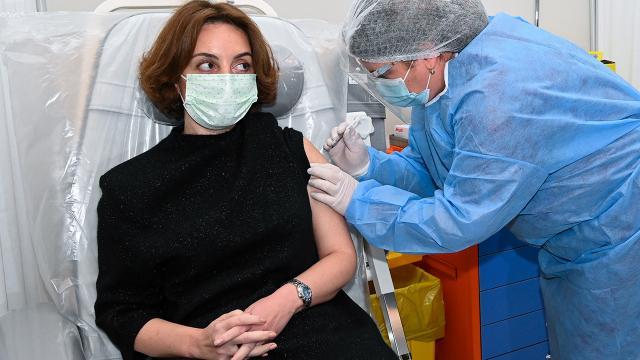 Gürcistanda sağlık çalışanlarına aşı uygulaması başladı