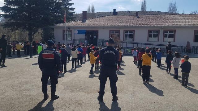 Jandarma ekipleri okullardaki öğrencileri bilgilendiriyor