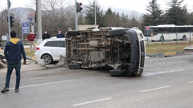 Ispartada otomobil ile minibüs çarpıştı: 6 yaralı