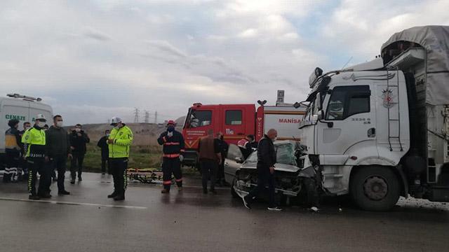 Manisada otomobil ile kamyon çarpıştı: 4 ölü