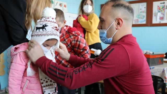 Hayırsever çift, köy çocuklarını yurdun dört bir yanından gönderilen kışlık kıyafetlerle sevindiriyor