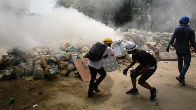 Myanmarda protestocular askerlere saldırdı: 4 ölü