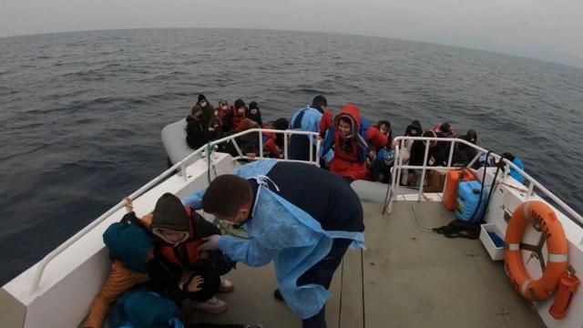 Ayvalık açıklarında Türk kara sularına itilen 44 sığınmacı kurtarıldı