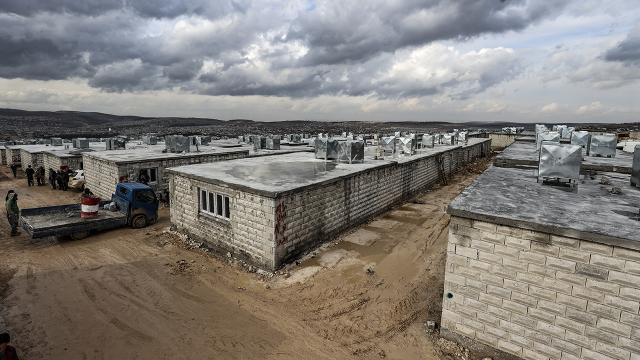 İdlibde 900 briket ev daha ailelere teslim edildi