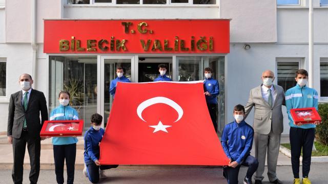 Gelibolu Yarımadasından alınan toprak, deniz suyu ve Türk bayrağını taşıma görevi Bilecikli gençlere geçti