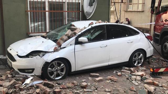 Beyoğlunda çatı çökmesi: 1 araç hasar aldı