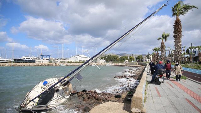 Bodrumda etkili olan kuvvetli rüzgarda kıyıya sürüklenen yelkenli teknede hasar oluştu