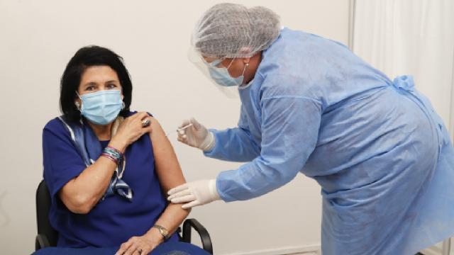 Gürcistan Cumhurbaşkanı AstraZeneca aşısı oldu