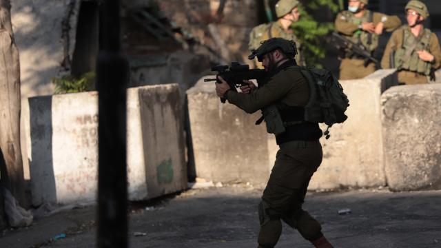 İsrail 12 Filistinliyi gözaltına aldı