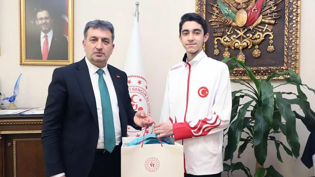 Gençlik ve Spor İzmir İl Müdürü Eskici, madalya kazanan tekvandocularla bir araya geldi