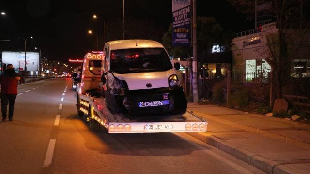 Hafif ticari araç 2 otomobile çarptı: 1i polis 3 yaralı