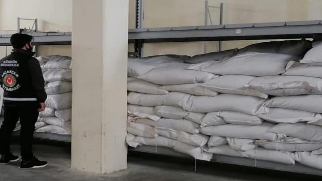 Gaziantepte serbest bölgeden yasa dışı çıkartılan 7 bin kilogram iç fıstık ele geçirildi