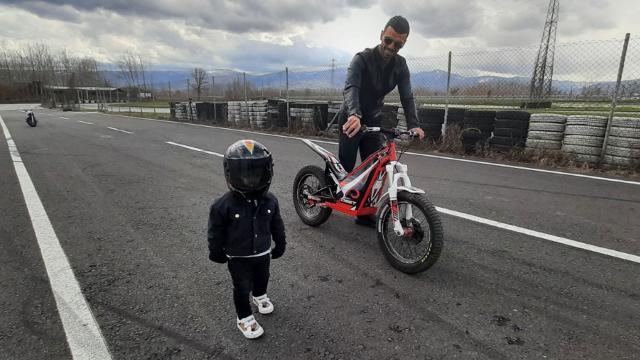 Kenan Sofuoğlu 2 yaşındaki oğlunu Formula 1e hazırlıyor