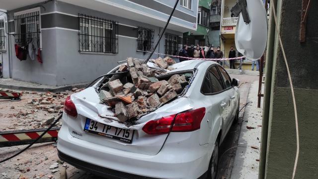 Beyoğlunda çatıdan düşen kiremitler park halindeki araca hasar verdi