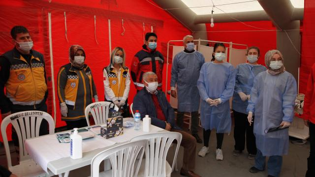 Elazığda Covid-19 ile mücadelede 65 yaş üstü için aşı çadırı kuruldu