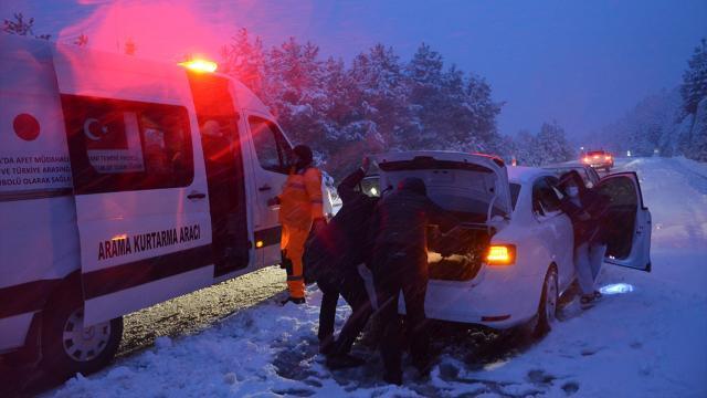 Manisada kar ve tipi nedeniyle mahsur kalan 9 kişi kurtarıldı